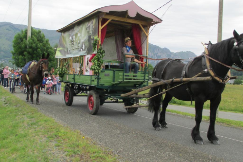 En route derrière la Caravane ! © L. Hatterley