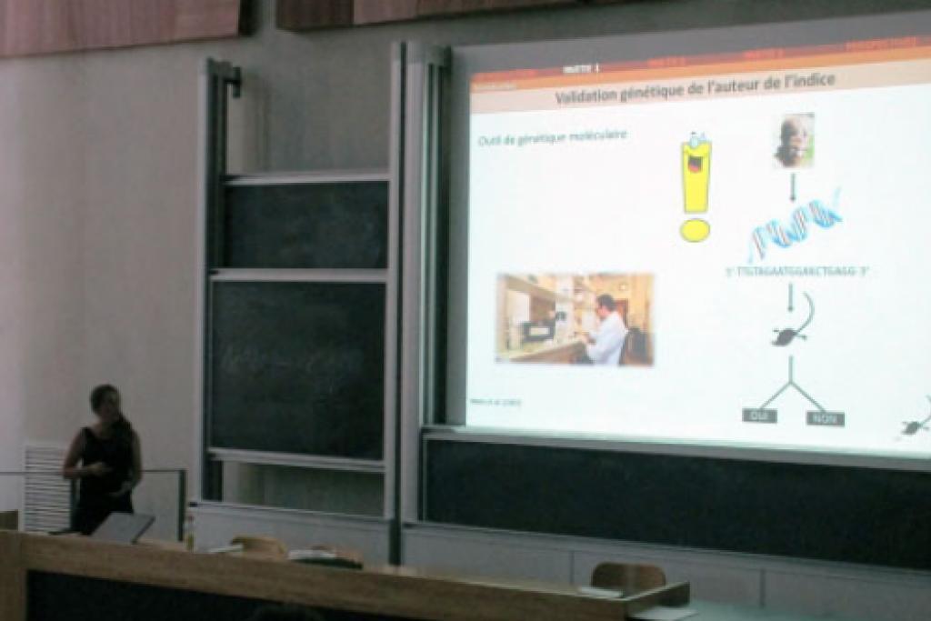 Anaïs Charbonnel lors de la présentation de sa thèse © L. Hatterley